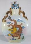 ANOS 50 - Grande vaso em porcelana chinesa sem marca, no formato Pelegrino ( PILGRIN FLASK) decorado com fundo degradé e dragões pintados a mão com esmaltes em relevo. Alças com forte douração no formato de dragões e policromia. med 36 x 25 cm