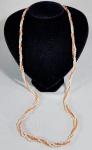 Comprido colar em perolas barrocas naturais e coral rosa Peau d´ange (Pele de Anjo), Fecho em ouro. Med. 80 cm