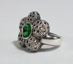 Antigo anel em prata de lei no formato de flor com pedra verde central. Aro 12/13
