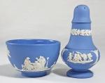 WEDGWOOD  - 2 peças - Saleiro e pequena lavanda em biscuit na tonalidade azul e branco. decorado com camafeus em relevo com cenas clássicas.  Med 10 e  7.5 x 5 cm. Peças monogramadas, numeradas e marcadas.
