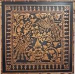 Elegante e antiga pintura indiana sobre seda negra e tinta a base de pó de ouro com arabescos e figuras de pássaros.  Med. 130 x 130 cm. Emoldurada.