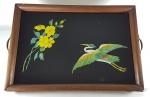 ANOS 50 - Bandeja em vidro pintado com pássaro e flores, armação em madeira e alças em bronze, marcas do tempo. Med. 50 x 33 cm
