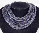 FRANCESCA ROMANA - Grande colar com 11 fios de bastonetes em Ametista natural e  guarnição em metal dourado. Assinado. Med. 41 cm.