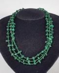 Colar com 3 fios em Malaquita e contas verdes. Med. 44 cm.
