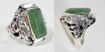 Raro e antigo anel chines em prata de lei com grande pedra em Jade ou Esmeralda e dragões em relevo nas laterais. Aro  25
