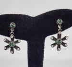 Delicado brinco em prata de lei e pedrinhas verdes. Med. 3 cm.