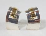 Par de brincos de pressão em prata de lei e ouro. Med. 3 cm