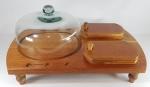 Elegante e grande tábua em madeira de lei com redoma, 4 tábuas individuais e encaixe para espatulas ou talheres, ideal para servir, petiscos, queijos ou sobremesas. Med. 55 x 37 x 28 cm.