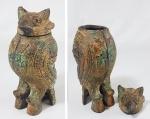 Urna chinesa em metal no formato de coruja ao gosto dos bronzes arcaicos Shang. Med. 15 cm.