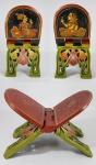 PAQUISTÃO, séc.XX - Porta livro ou alcorão em madeira entalhada e policromada, decorado com figura de casal possivelmente Sha JAhan e Muntaz Mahal. Med.30 x 26 cm.