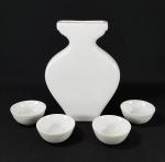 Conjunto em porcelana branca composta por vasinho 15 x 10 cm e pequenos copinhos de saquê. Med. 5 x 2 cm.