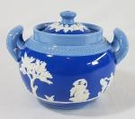 DUDSON - Antigo púcaro em porcelana decorado com relevos Neo Clássicos e marca do período de 1898. Med 13 x 10 cm. - VIDE:  http://www.thepotteries.org/ware/dudson/index.htm
