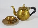 Antigo bule e xícara árabe em bronze com trabalhos cinzelados. Alça revestida com fita de couro em amarração artesanal. Med.  17 x 11 cm e 10 x 7 cm.