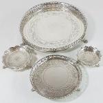 MICHEL KOURY e OUTROS - Conjunto com 4 salvas em prata de lei, sendo as duas menores assinadas pelo renomado prateiro MICHEL KOURY, uma em prata 925 e outra em prata 833. Medida da maior: 21 cm e da menor: 6.5 cm. Peso total: 718.