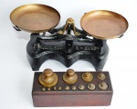 """Antiga balança de coleção """"BALANÇA BRASILEIRA FORÇA 2K"""" base de ferro fundido e pratos em  bronze. Acompanha base em madeira original e jogo de contrapesos completo. Peça em ótimo estado. Medida da balança 30x10x15cm."""