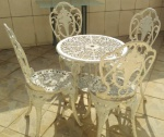 Lote com Mesa e 4 (quatro) Cadeiras de jardim em METAL DE LIGA LEVE FUNDIDA.