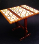 Mesa da década de 70 em madeira nobre com tampo em azulejos. Mesa possui duas partes dobráveis. Peça em ótimo estado de conservação. Medidas Mesa aberta 85x70cm e 80cm  de altura.