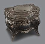 Porta joias bombe em metal prateado com relevos de guirlandas e volutas. Medida 12,x10 cm de altura. Peça sem uso e na caixa original.
