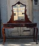 Móvel penteadeira em madeira com espelho central. (desgastes) med.1,67 x1,22 x44