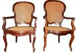 Cadeiras com braços de época em jacaranda e palhinha indiana.