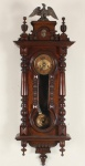 Belo relógio de parede em madeira de lei com colunas torneadas. Mede 1,23m de altura. Maquinário no estado