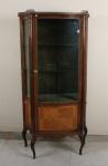 Antiga e charmosa cristaleria em madeira com porta de vidro e acabamentos em metal. Mede 80cm x 36cm x 1,56m.