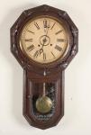 Antigo relógio de parede modelo gravata. Mede 45cm x 84cm de altura. Funcionando.