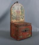 Antigo e raro cofre de procissão em madeira policromada com imagem de São Benedito. Possui fechadura falsa. Mede 16cm x 20xm x 43cm de altura.