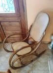 Cadeira de balanço austríaca, executada em madeira de tom claro, ao gosto do estilo Thonet. Assento e encosto forrados em palhinha sintética