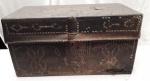 antigo bau de viagem confeccionado em madeira e couro. gravado MLC. provavelmente português. 45 x 44 x 71