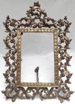 antigo porta retratos confeccionado em metal, ricamente desenhado. medindo 38 x 27 cm