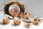 Tête À Tête confeccionada Em Porcelana Dourada Com Bandeja com cena galante. bandeja medindo 24 x 21 cm