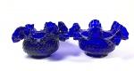 par de cúpulas em vidro trabalhado azul cobalto medindo 8 cm de altura por 14 de diâmetro na boca superior e 6 na base.