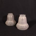 par de cúpulas em vidro transparente trabalhado medindo 13 cm de altura por 11 de diâmetro na boca superior e 6 na base.