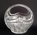Centro de mesa em forma de cesta confeccionado em cristal Theco com esmeradas lapidações feiras à mão. Medida 17x20cm.