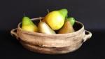 Cesta de frutas em cerâmica com frustas artificiais. Medida 33 cm de diâmetro.