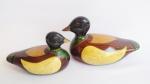 Lote 2 (dois) patos de porcelana ricamente policromados. Medida do maior 18cm, um deles apresenta restauro pequeno no fim do rabo.