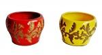 Lote com 2 (dois) cachepos em cerâmica esmaltada com belos acabamentos vazados. Medida 10 cm de altura e 14 cm de diâmetro.