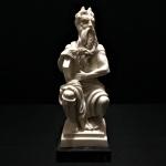 """Belíssima e antiga estatueta Italiana - Moisés """"Mose"""" em pó de mármore. Assinado """"I. Giannetti"""". Base em mármore Nero Marquina legítimo. Exemplar rico em detalhes e em perfeito estado de conservação. Dimensões: 20 cm altura.Uma das principais obras do artista renascentista Michelangelo, Moisés é um personagem bíblico, legislador dos 10 mandamentos de Deus."""