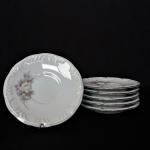 Seis  belíssimos Pires para Café em fina porcelana Schmidt, decorados com Rosa Branca e bordas com arabescos em alto relevo. Exemplar em perfeito estado de conservação. Dimensões: 11 cm diâmetro.