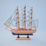 Caravela construído em madeira com rico em detalhes. Exemplar de coleção e em perfeito estado de conservação. Dimensões: 23 cm x 24 cm 6 cm.