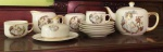Antigo jogo de chá em porcelana, um bule, leiteira, açucareiro sem tampa, e manteigueira, com quatro xícaras e cinco pires.