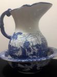 Maravilhoso gomil em porcelana com belíssimo tom de azul com relevos e desenhos de lindas caravelas. Diâmetro da bacia: 25 cm / Altura da jarra: 23 cm