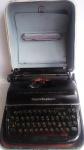 Máquina de escrever marca Remington em estojo original. Funcionando.