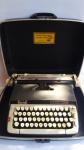 Máquina de escrever SMITH -CORONA modelo Classic 12 com estojo original. Máquina apresenta carrinho do rolo travado. Lote vendido no estado.