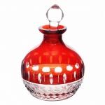 Perfumeiro em cristal com ricos lapidados em maravilhoso tom vermelho. Medida 10 cm de altura.