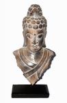 Grande escultura da Buda em madeira entalhada e lustrada contendo base também em madeira. Peça de origem oriental. Medida 46cm de altura.