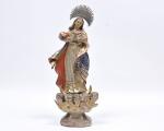 Nossa Senhora da Conceição em madeira com riquíssimo panejamento e policromia com detalhes a ouro brunido. Acompanha resplendor em prata. Med. 43 cm de altura e 49 cm com o resplendor.