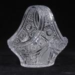 Cesta com alça em cristal europeu , translúcido com riquíssima lapidação. Med. alt. 23 x 18 x 24 cm.
