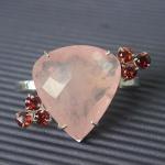 Designer Eliana Gola -  Anel em Prata teor 950. Quartzo rosa lapidação dita lágrima facetada com 2,8 x 2,9 cm, com 6 Granadas lapidação brilhante com 0,5 cm de diâmetro. Aro duplo, aberto permitindo ajuste entre as medidas 15 a 19.